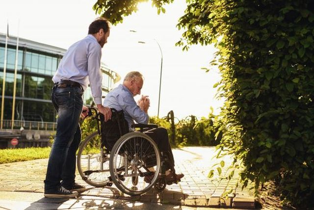 Senior na wózku – co to znaczy dla jego opiekuna